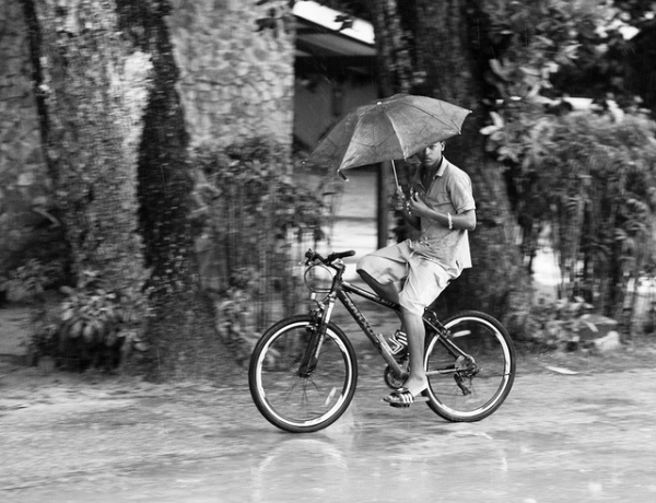 Biking in the rain, par Franck Vervial